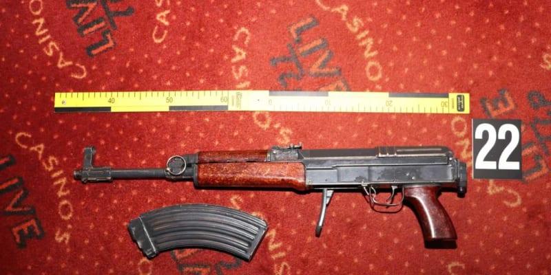 Nelegálně držené zbraně objevili celníci v kanceláři hlavního podezřelého.