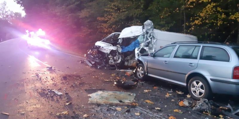 Jeden člověk nepřežil ve středu ráno srážku osobního auta, dodávky a cisterny u Chvojence na Pardubicku.