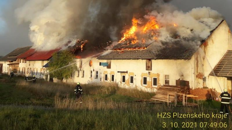 Požár v Líšťanech připravil pětičlennou rodinu o střechu nad hlavou. Teď potřebuje pomoc