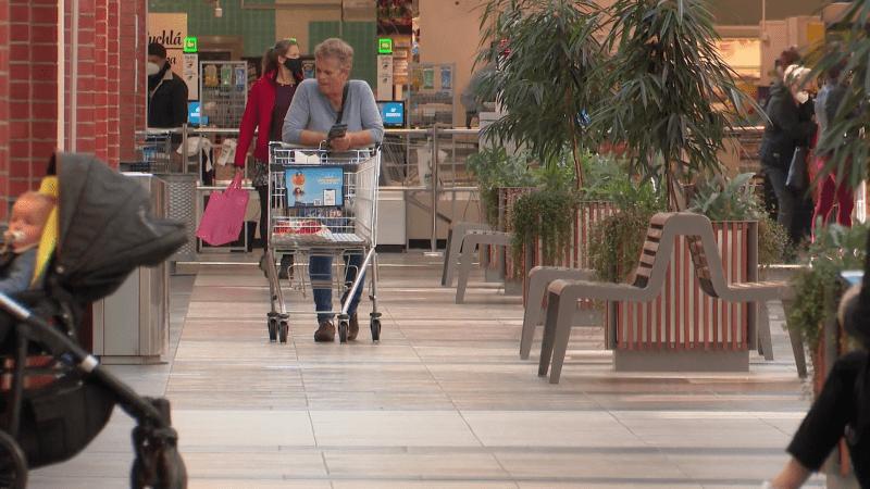 Stále více Čechů chodí do obchodů bez respirátoru či roušky. Pokuty ani nemoc neřeší