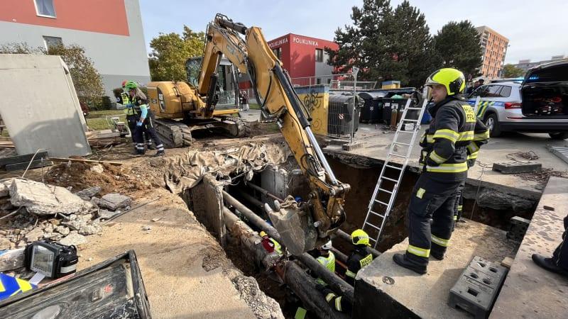 Tragický pracovní úraz: Dělníka v Praze zavalilo ve výkopu kamení, zemřel