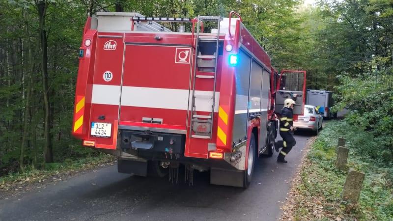 Po nehodě na Liberecku uhořel v autě člověk. Na místě zasahují kriminalisté
