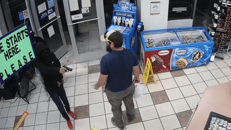 Lupiče zaskočil statečný zákazník. Jednoho ve vteřině odzbrojil, ostatní utekli