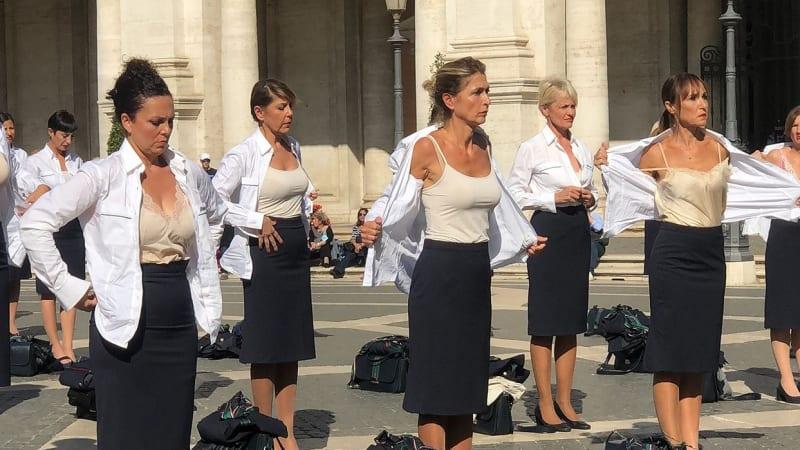 Protest proti změnám svlékáním. Bývalé letušky překvapily turisty v centru Říma